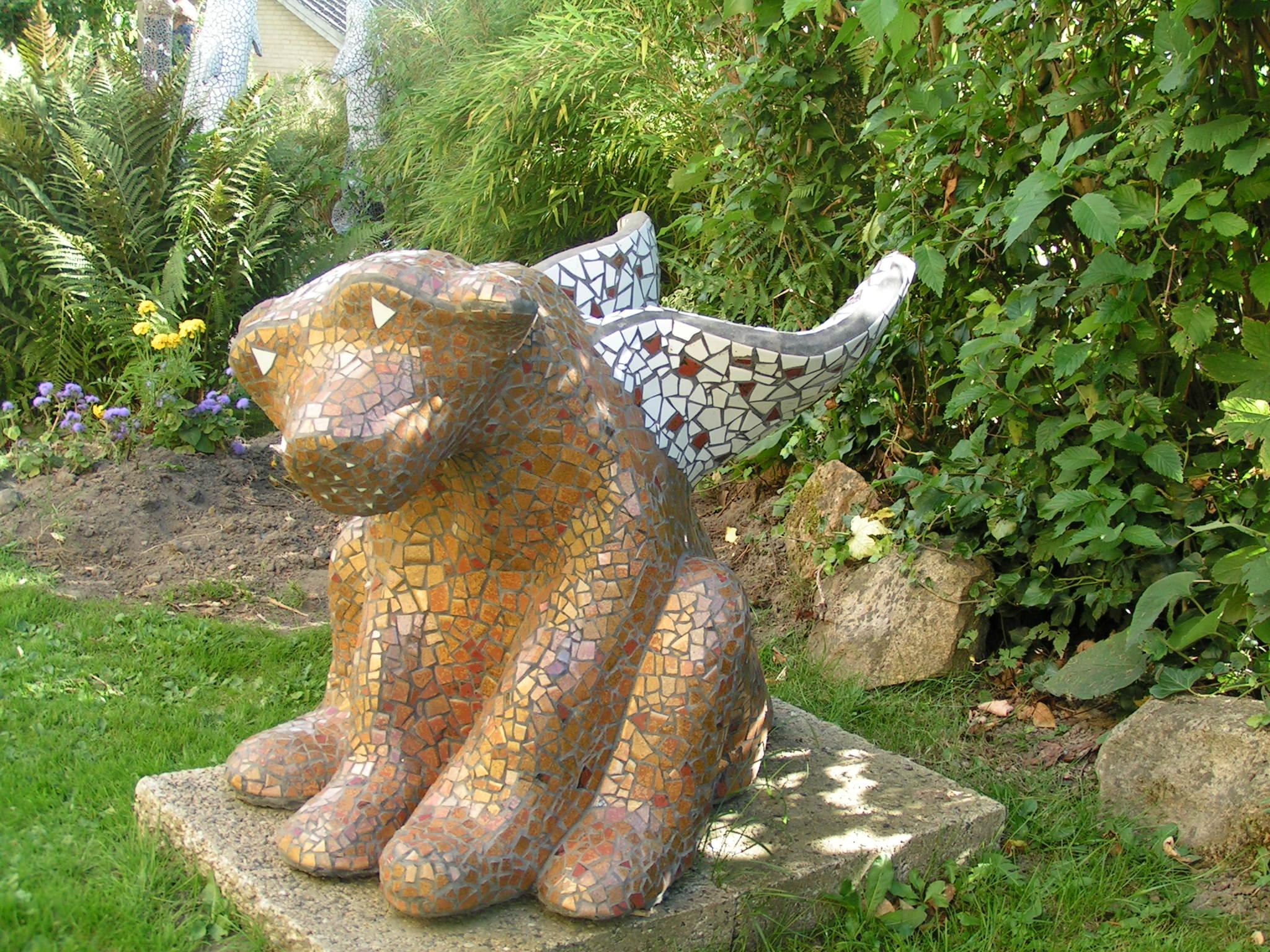 Hund med vinger mosaik skulptur - winged dog mosaic sculpture