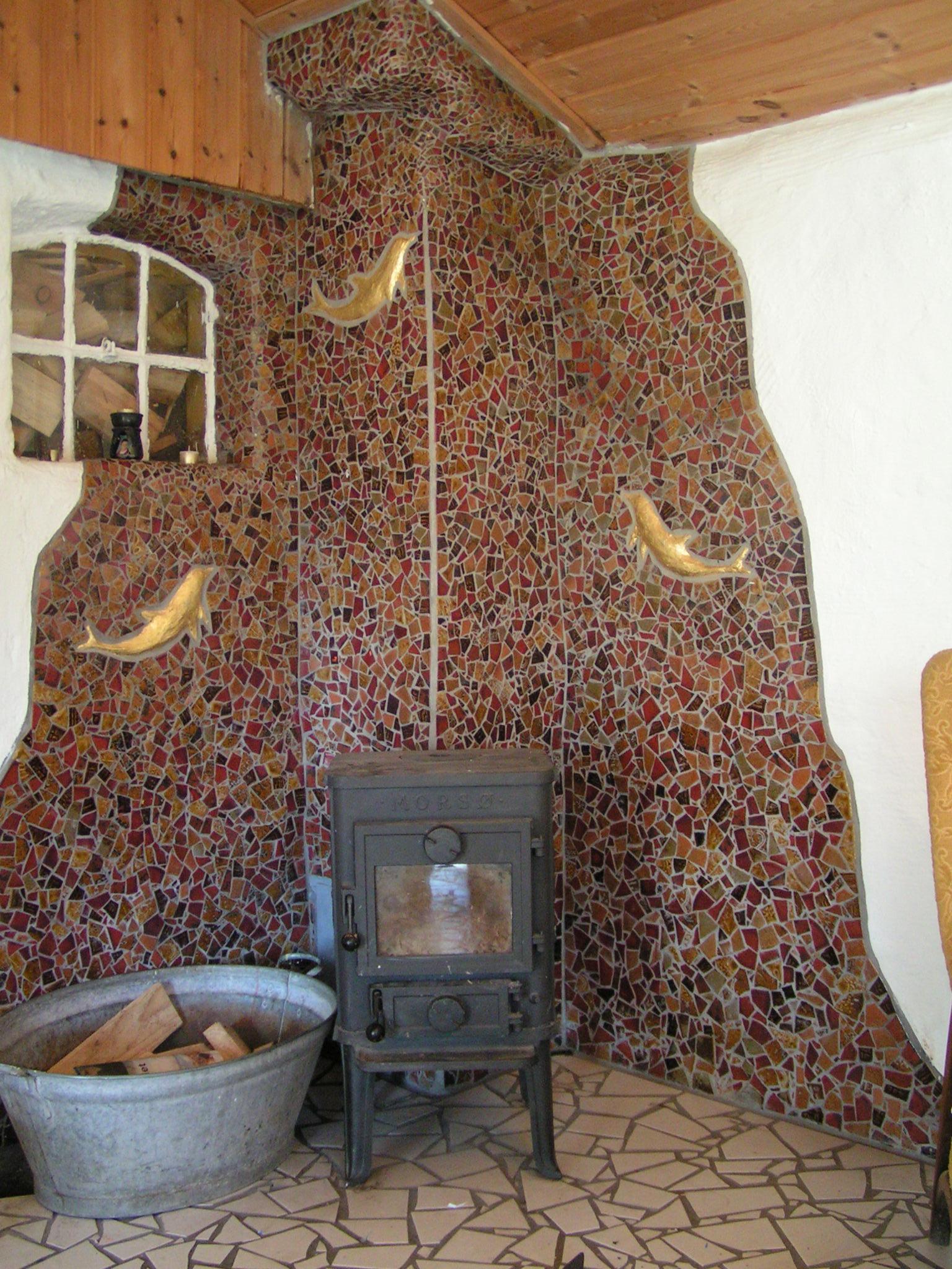 Mosaik udsmykning bag brændeovn - Mosaic wall decoration behind wood stove