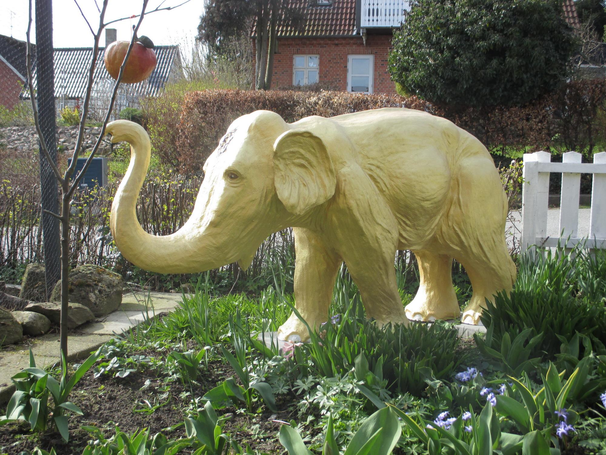 The One Dollar Dream - den gyldne elefant i Gl. Rye/the golden elephant in Gl. Rye