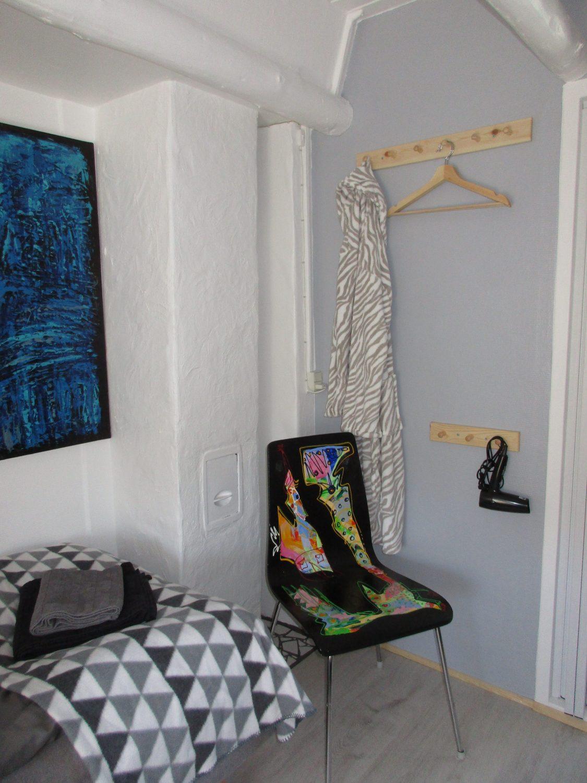 Knagerækker, bøjler og hårtørrer på værelset, B&B Gl. Rye