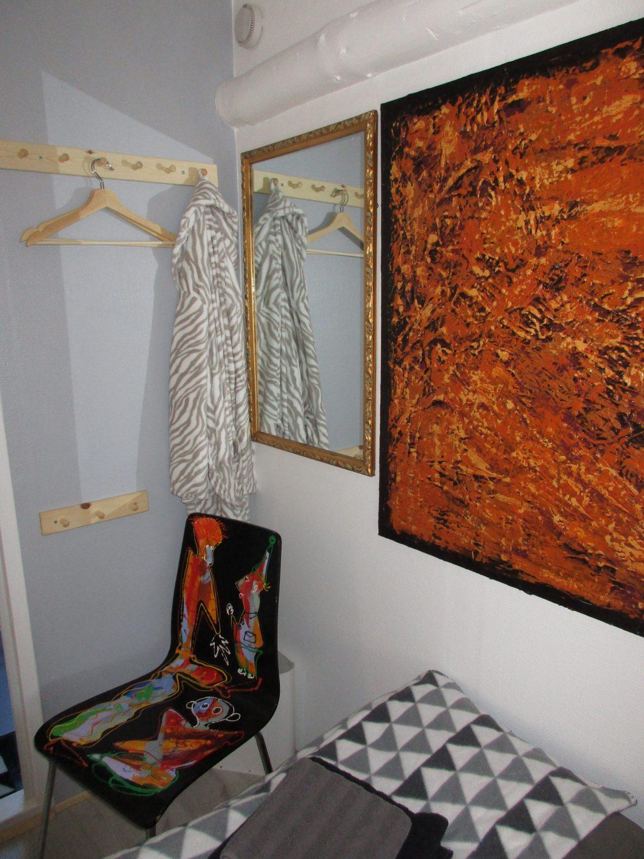 Knagerækker, bøjler og spejl på værelset, B&B Gl. Rye